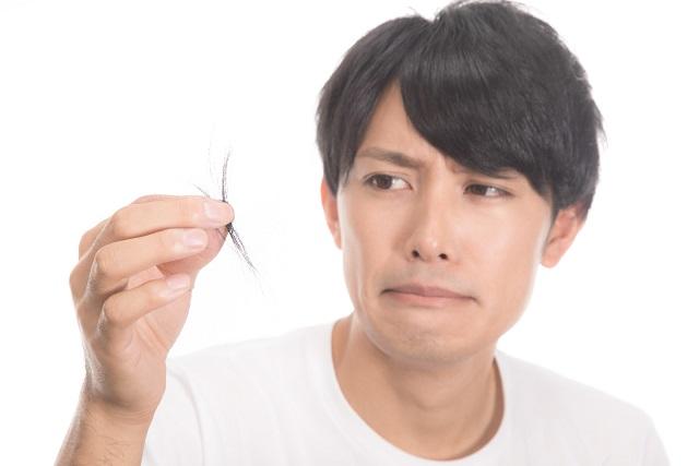 一 日 に 抜ける 髪の毛 の 本数