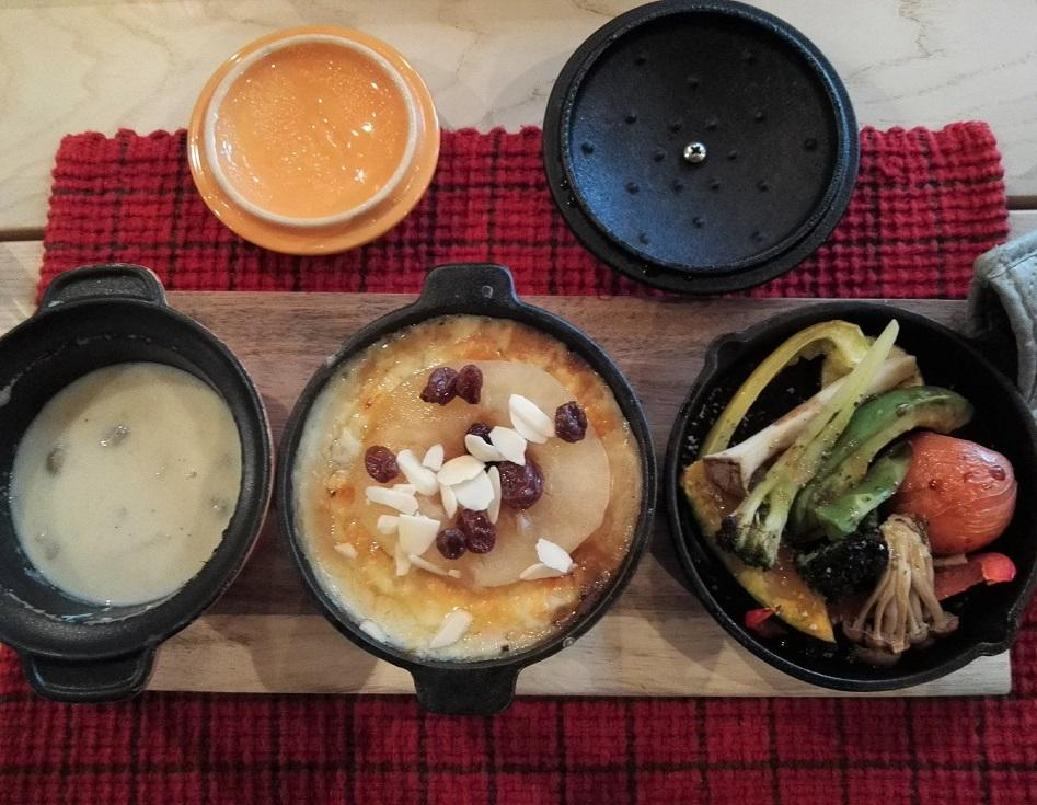 メイン 右から焼き野菜とリンゴカレードリアとスープ