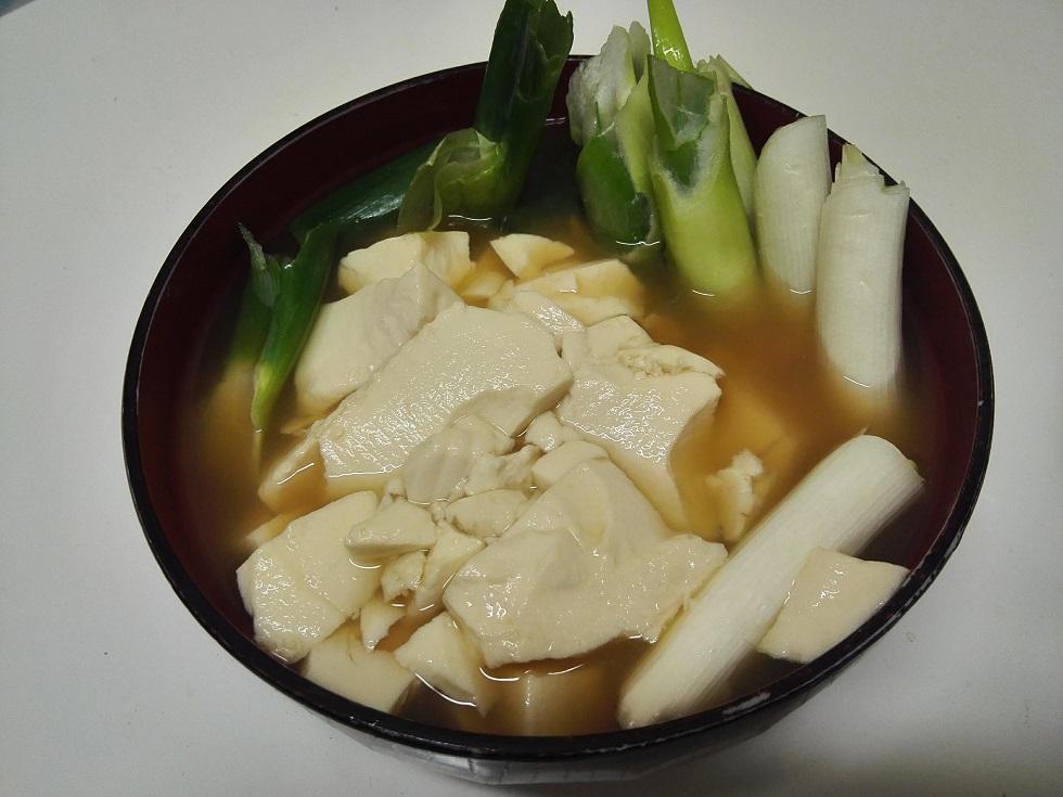 豆腐とネギの出汁煮込み