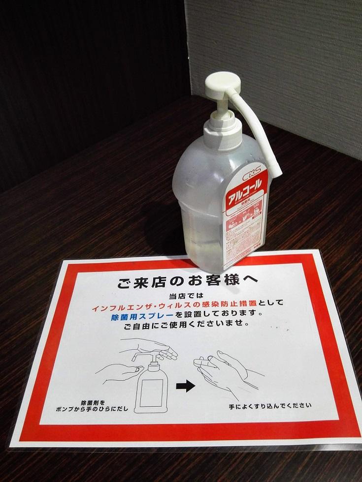 廊下の角に設置された消毒液
