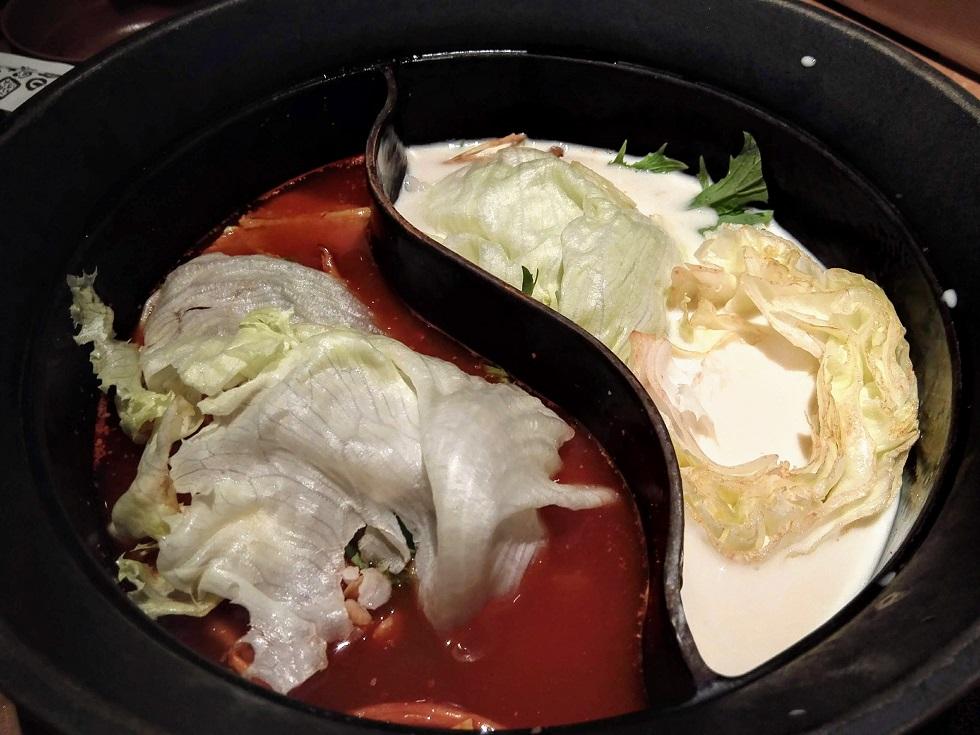 火鍋と豆乳鍋に野菜を投入!