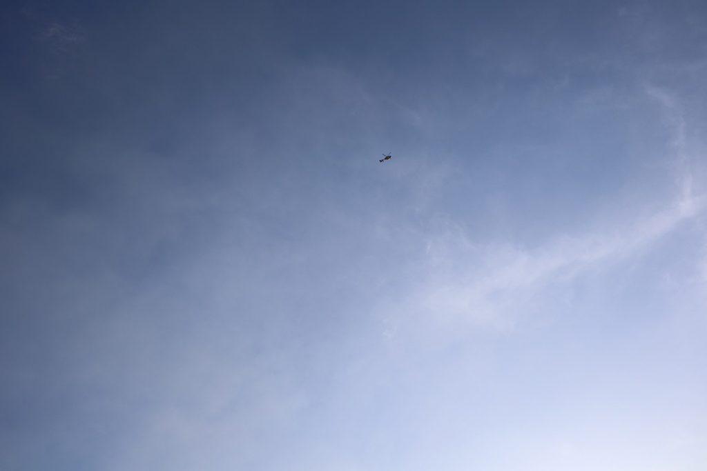 黒煙と報道ヘリコプター