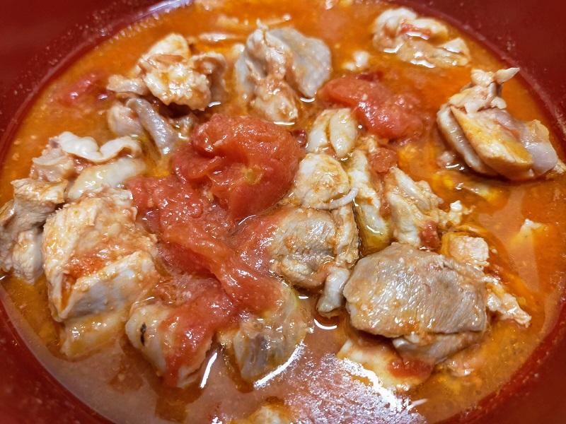 鶏モモ肉のトマト煮込み